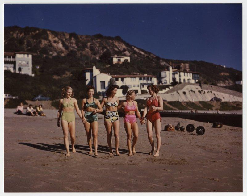 Pudgy, Relna Brewer McRae, Vera Fried, Alyce Yarick, Lisle De Lameter walking on the beach.