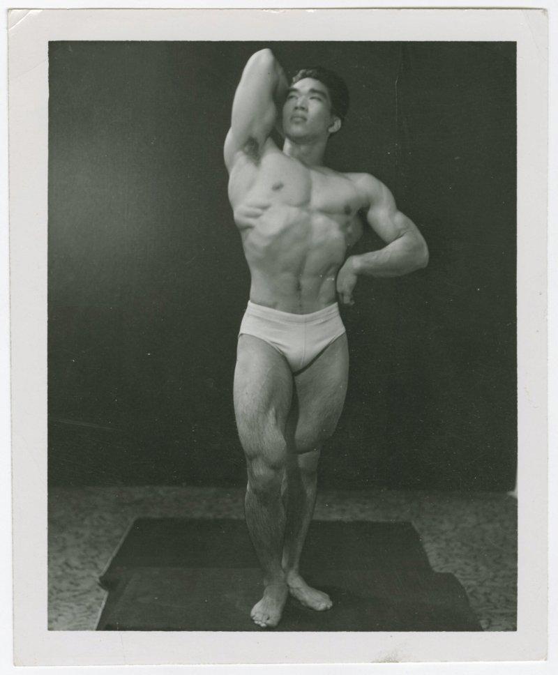 Tommy Kono pose
